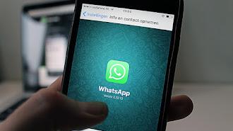 Smarphone con la pantalla del servicio de mensajería instantánea.