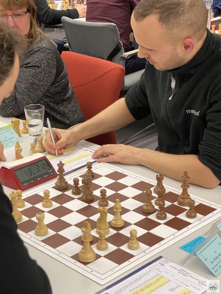 Fabian spielt in Runde 2 gegen Dr. Philip Heuser (Münchener SC 1836)