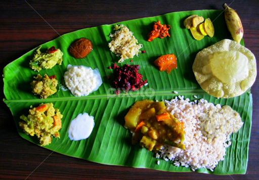 food-served-on-a-banana-leafa-tradition-of-the-kerala-state-in-india---51920355.jpg (512×356)