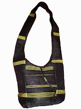 Photo: Sac Léo jaune.  Sac à bandoulière, fermeture par lacets 2 poches extérieures zippées, 1 poche intérieure zippée. Taille: 30x21x14 cm  Prix: 35 €.