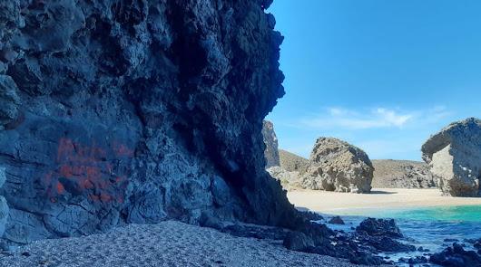Aparecen pintadas de amor en el paraje protegido de la Playa de los Muertos