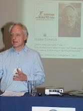 """Photo: Walter Schmidt erhielt den Publizistikpreis der Stiftung Gesundheit 2012 für sein Buch """"Dicker Hals und kalte Füße""""."""