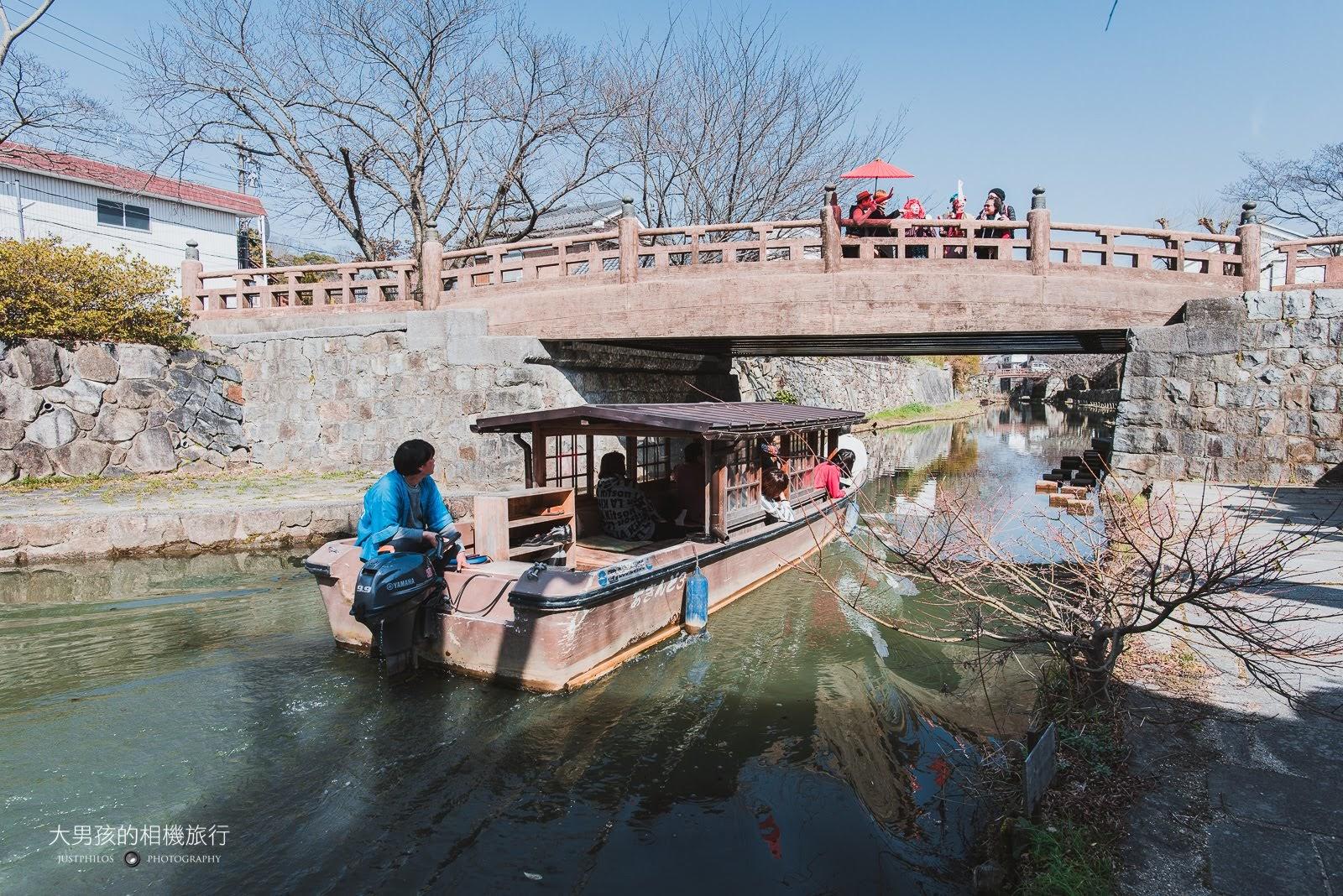 搭乘屋型船穿梭在八幡堀水道間,是來八幡堀常見的遊覽方式。
