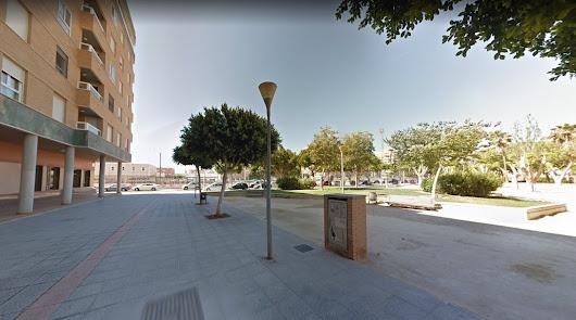 Soportales de la avenida de Montserrat próximos a un parque.