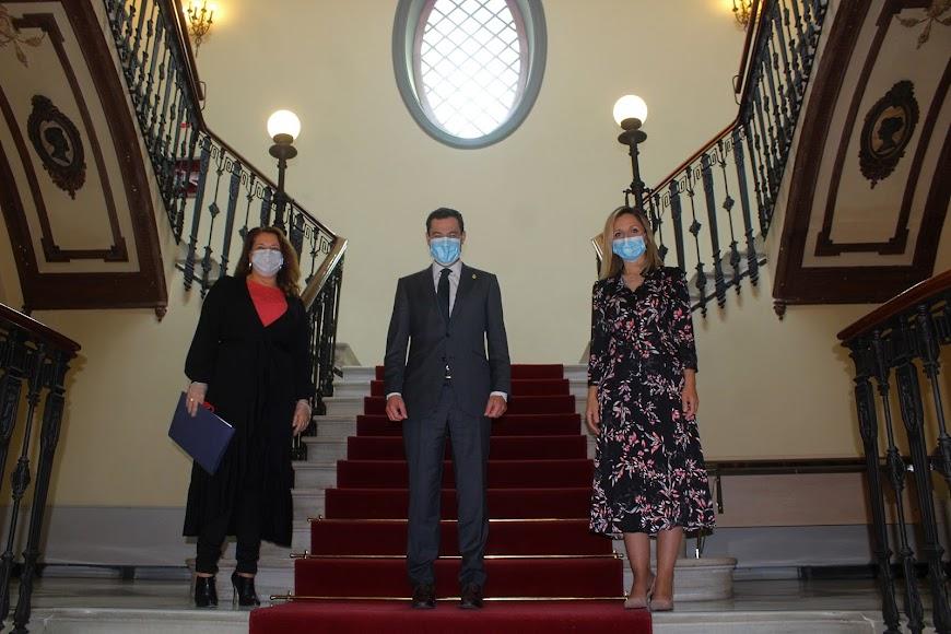 Juanma Moreno, en la Delegación de Gobierno, junto a la consejera Carmen Crespo y la delegada de Gobierno Maribel Sánchez.
