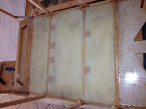 Photo: Due strati di tessuto di vetro 80 gr. Per fare il pavimento.