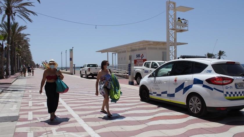 La Policía Local controla que se cumplan las normas en la playa y evitar que suban los contagios.