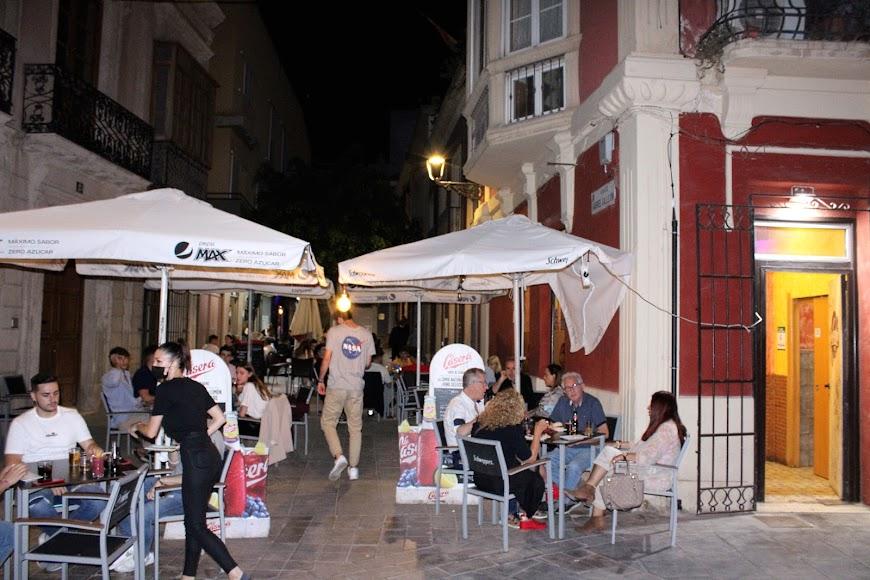 Terrazas de los establecimientos hosteleros de calle Padre Luque llenas de almerienses.