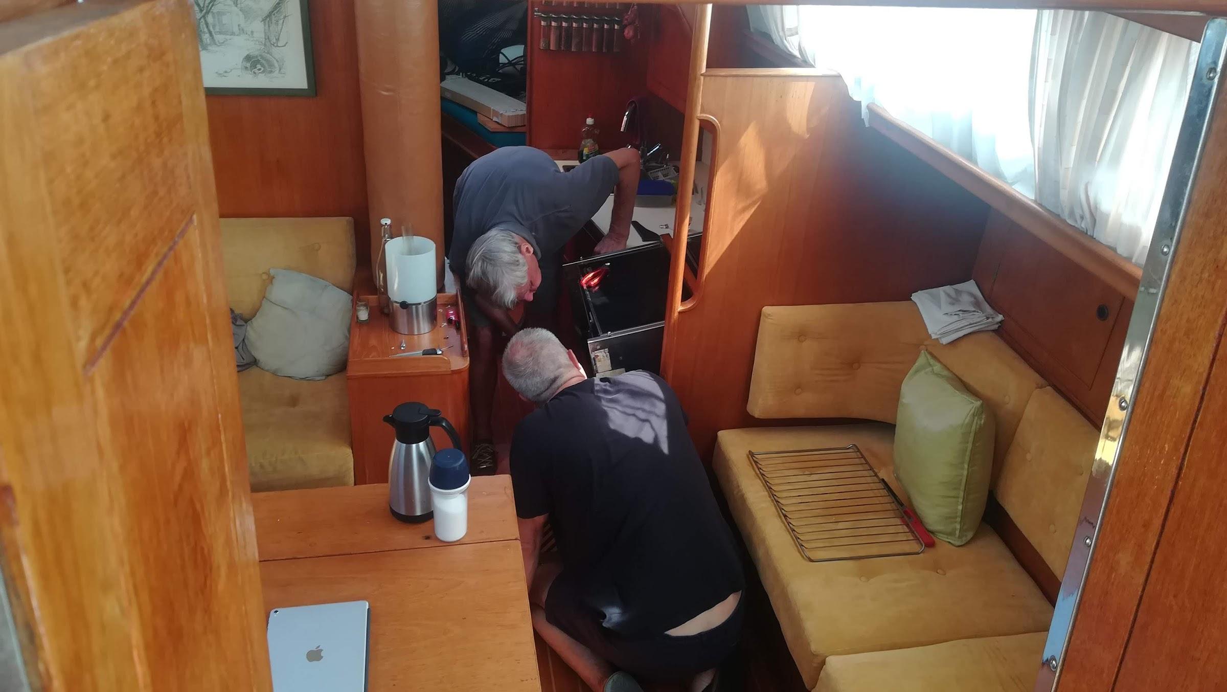 de heren technici buigen zich over de oven