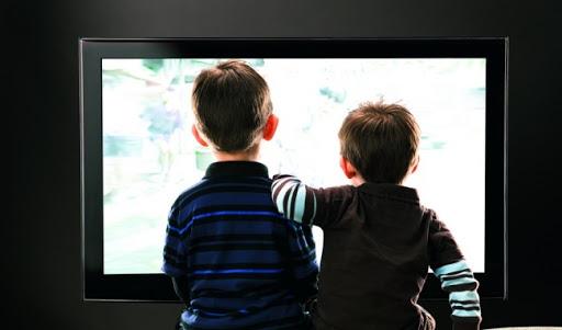 Tre em khong nen xem TV va dien thoai qua 90 phut mot ngay