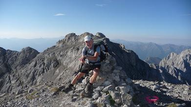 Photo: En la segunda cima del día, la pica del Jierru de 2425 metros, detrás mía, la cima de la Morra de Lechugales