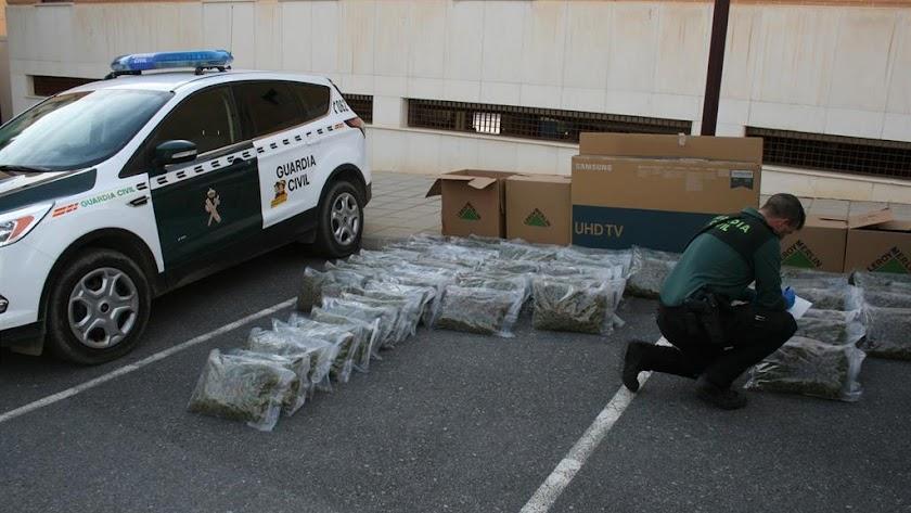 La Guardia Civil interviene 72 kilos de marihuana.
