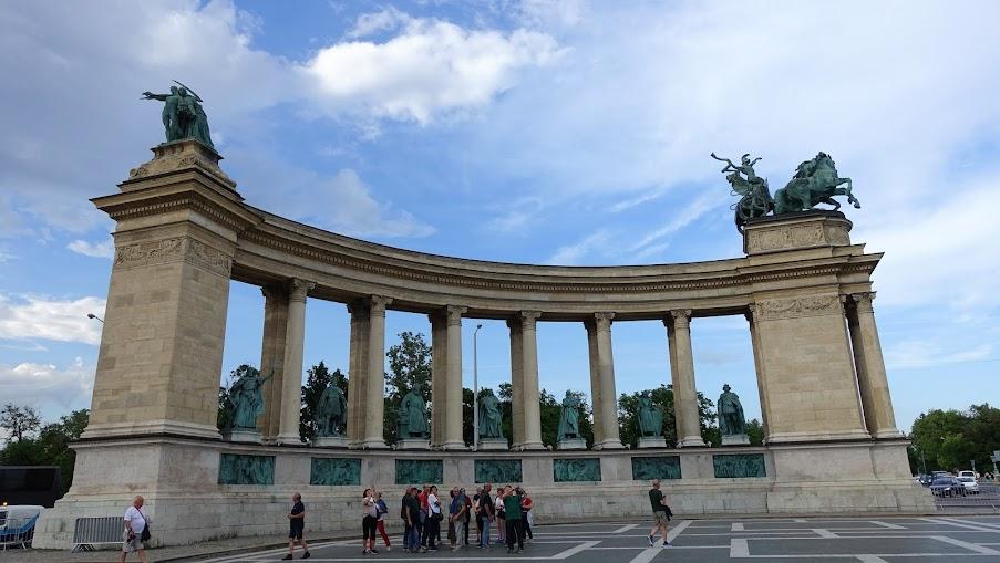 弧形柱廊下方的英雄塑像都是著名的將軍