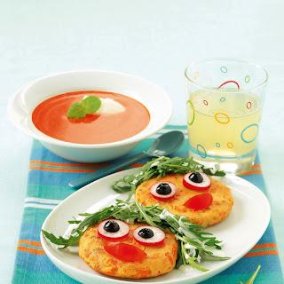 Kartoffel-Laibchen mit lustigem Gemüsegesicht