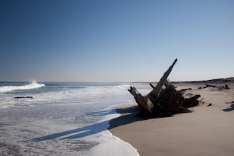 Photo: Skeleton coast - shipwreck / Vrak lodi na Pobřeží koster