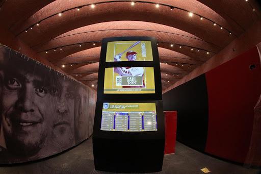 Imagen que contiene techo, edificio, hombre, tabla  Descripción generada automáticamente