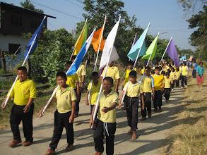 Photo: นักกีฬาเดินเข้าหมู่บ้านเพื่อเป็นการเชิญชวนผู้ปกครอง