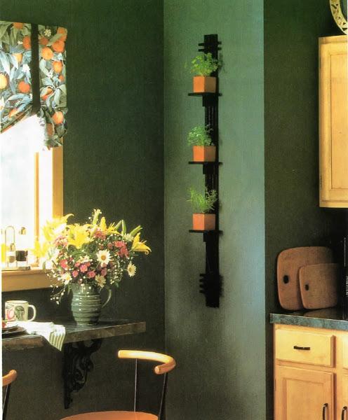 Photo: En el estante. Si no tiene espacio suficiente en el alféizar de la ventana de su cocina para colocar macetas de hierbas, puede ponerlas en una divertida estantería como la que aparece en la imagen.