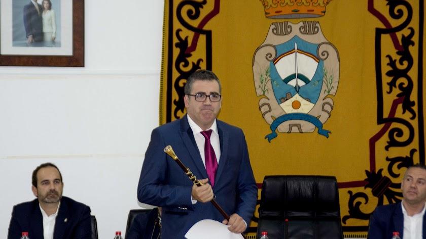 Toma de posesión de Felipe Cayuela, como alcalde de Carboneras, en sustitución de Salvador Hernández, en mayo de 2018.