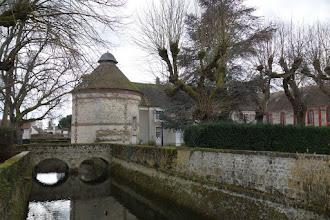 Photo: Le pigeonnier et les douves du château du Mesnil St Denis