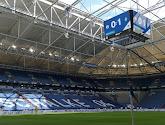 Un joueur de Schalke 04 pose ... avec le maillot du Borussia Dortmund