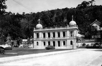Photo: Palácio Amarelo, antiga sede da Prefeitura Municipal de Petrópolis e Câmara Municipal (atual sede da Câmara Municipal de Petrópolis) e, em frente, a Praça Visconde de Mauá. Notem que ainda não existia o prédio do Liceu Municipal (ao fundo) e a rua ainda não era calçada. Foto do início do século XX