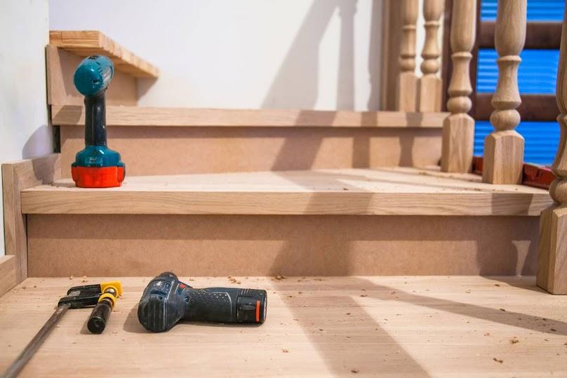 Budowa schodów drewnianych we wnętrzach