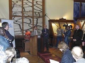 Photo: Pr. Aberrazak EL ALBANI, IC2MP de l'Université de Poitiers présente l'exposition The Gabonionta en conférence de presse.