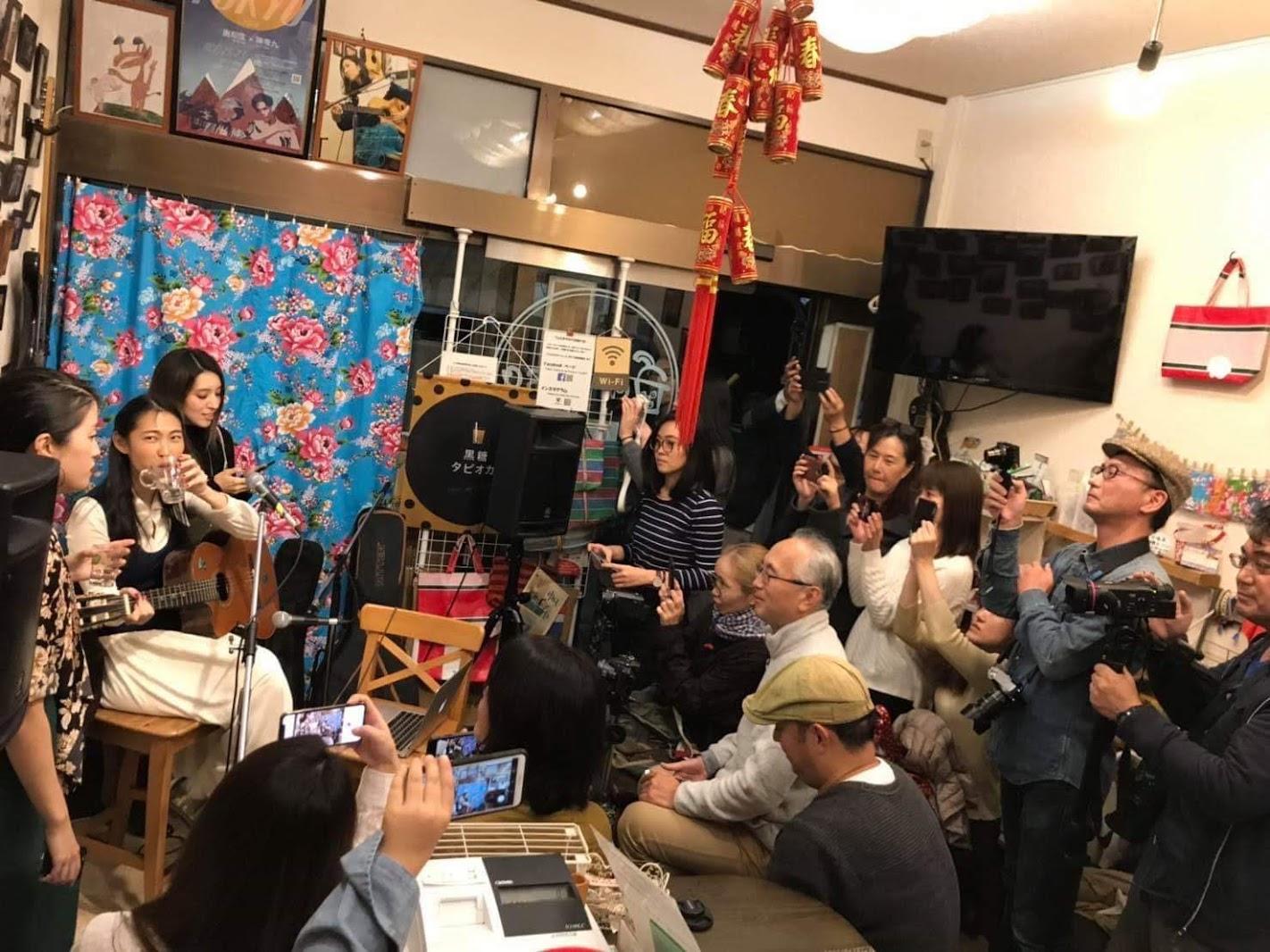 王若琳 與 梁心頤 結伴旅行 日本咖啡廳合體獻唱〈我只在乎你〉迷倒粉絲