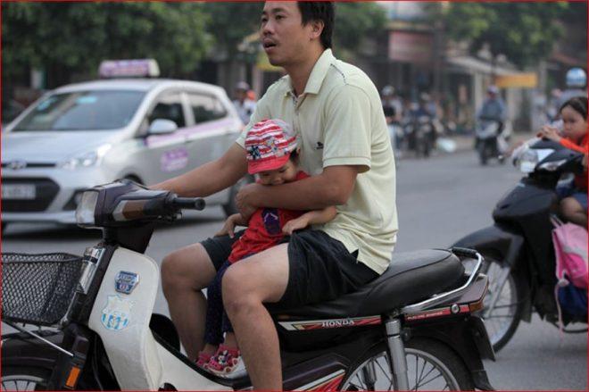 Bố mẹ thường chủ quan khi đưa em bé ra ngoài bằng xe máy