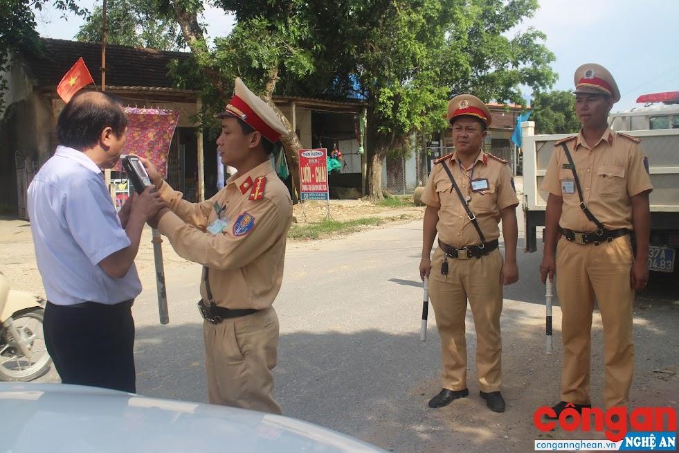 Lực lượng Cảnh sát Giao thông tăng cường kiểm tra nồng độ cồn đối với lái xe, góp phần đảm bảo trật tự ATGT trên địa bàn