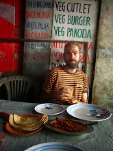 Photo: Festin local végétarien! Les deux gros ingrédients principaux qui dépassent du plat sont bien des piments!!