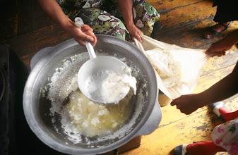 Photo: 03295 ハドブルグ家/ビャスラグ(乳製品)作り/牛乳を沸かし、火からおろしてシャル・トス(脂肪分)をとり、残りを布で漉す。個体部分をとって糸で切って乾燥させる。