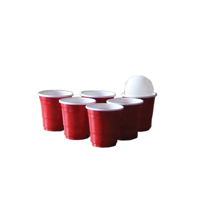 sex shotglas i röd plast med pingisboll