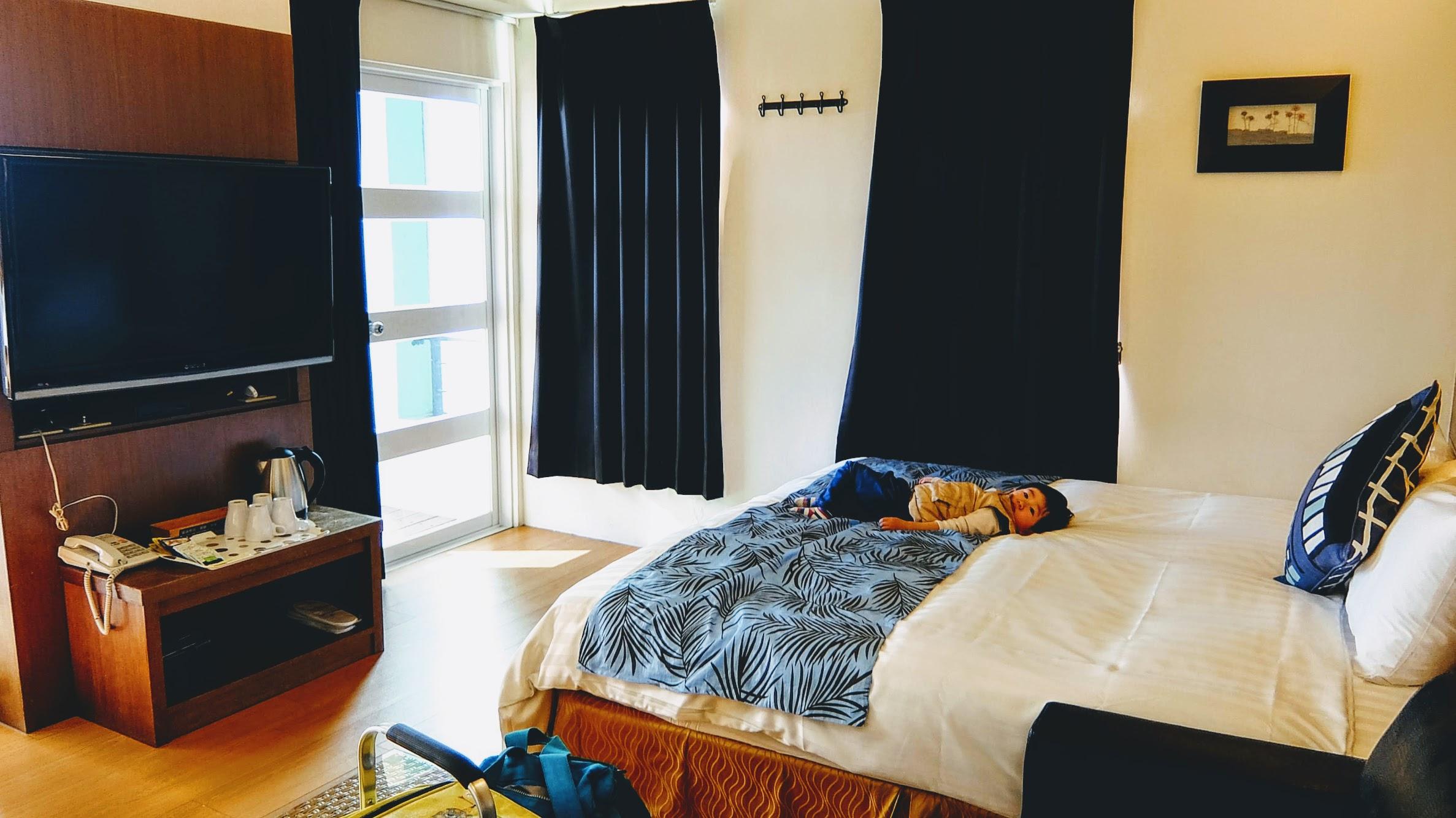 房間很大還蠻乾淨的,床很軟,小孩躺上去就...很舒服的不想下來XD 有電視/吹風機...