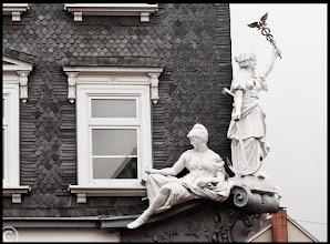 Photo: Figurengruppe über der Buchhandlung Grimm in Ilmenau