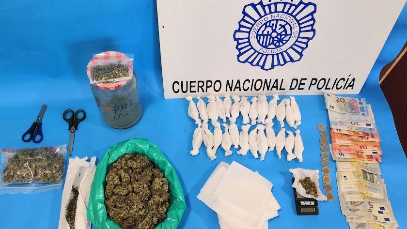 Marihuana y artilugios incautados a la pareja de La Cañada.