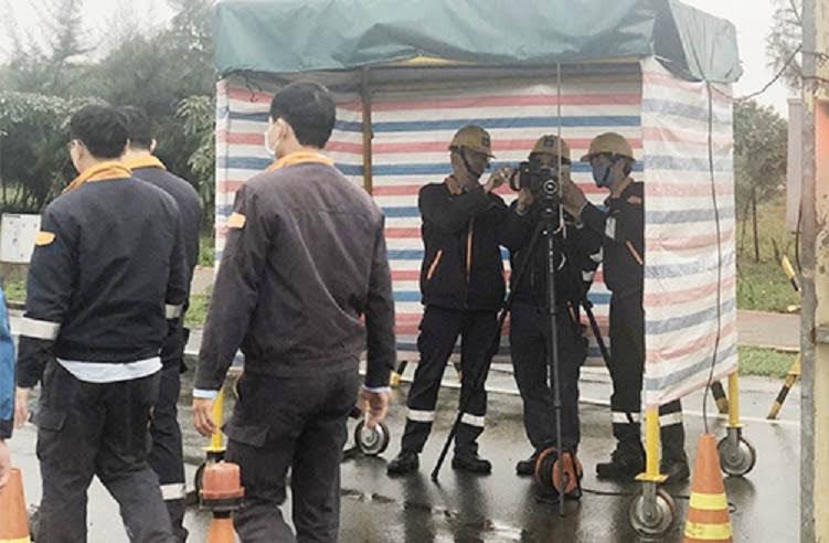 Công ty Formosa Hà Tĩnh kiểm tra thân nhiệt công nhân bằng máy hồng ngoại. Ảnh: Báo Hà Tĩnh
