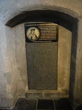 Photo: Gedenkplaat van Cornelius Jansenius boven de grafsteen van zijn ouders.