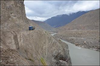 Photo: La KKH surplombe l'Indus. On met en moyenne 20 minutes pour faire 10km.