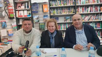 Mirta Núñez ayer en la Librería Picasso con Francisco J. Milán y Antonio Torres.
