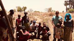 personal de campojoyam con miembros de la tribu de Mandingas en Gambia durante su primer viaje a la zona.