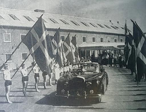 Kongebilen foran den Jyske Idrætsskole