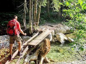 Photo: Gerhard wagt sich über die sehr desolate Brücke, Hans und ich ziehen das Bachbett vor.
