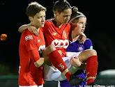 Prachtig gebaar van sportiviteit: speelster Anderlecht draagt speelster Standard van het veld na blessure