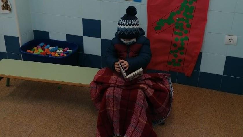 Alumno abrigado para aguantar el frío en un colegio de Almería.
