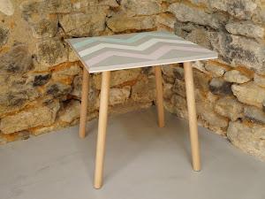 3 - Table d'appoint en béton ciré de couleurs plume, blanc, rose et vert avec motif aztèques et au pied style scandinave en bois