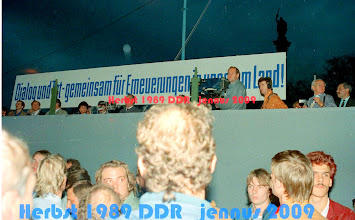 """Photo: letzte Kundgebung der Nationalen Front (Zusammenschluss der Parteien und Massenorganisationen in der DDR) unter Führung der SED (selbsternannte """"Diktatur des Proletariats"""") mit Journalisten und dem Fernsehen der DDR in Schwerin"""