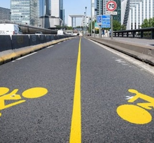 As faixas provisórias pintadas nas vias.
