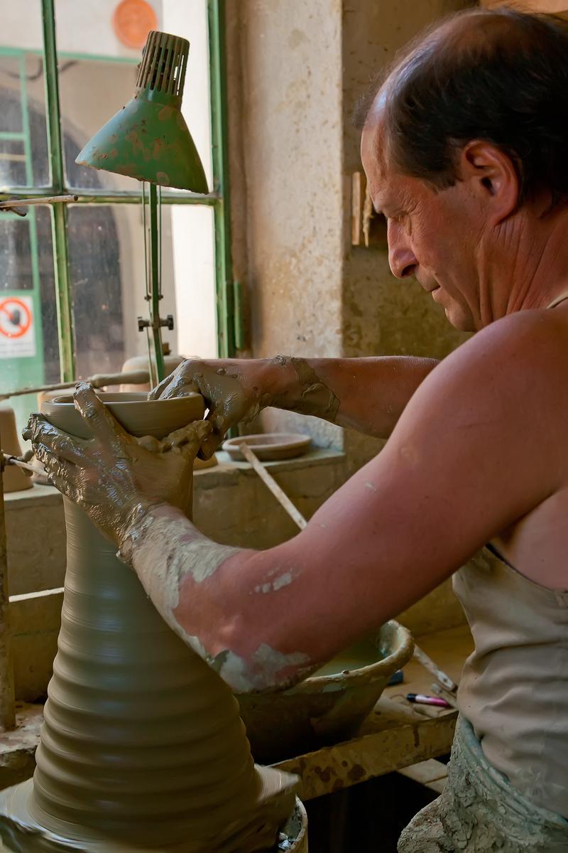 MANI CHE MODELLANO(il vaso dentro e fuori) di Silvano